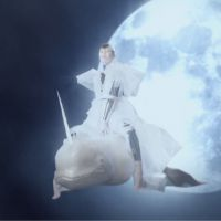 Mina Tindle : I Command, le clip barré avec narval volant