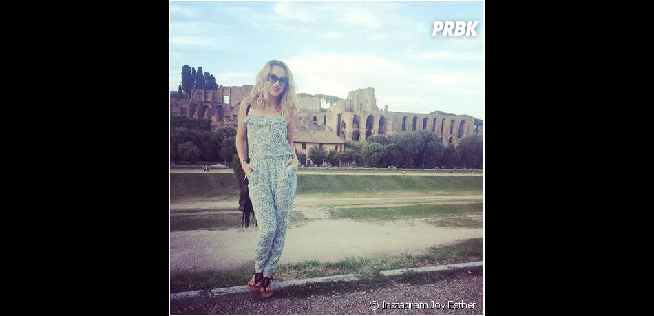 Joy Esther prend la pose pendant ses vacances à Rome, en juillet 2014
