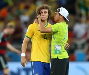 David Luiz réconforté par Thiago Silva après Brésil VS Allemagne, le 8 juillet 2014