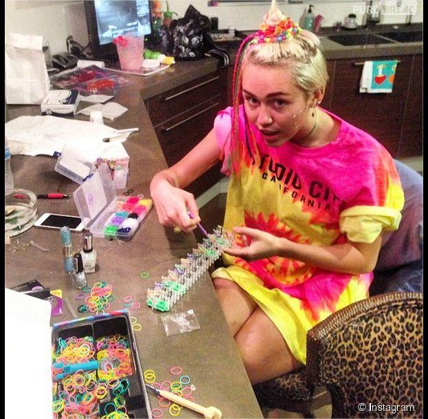 Miley Cyrus addict à la folie des Rainbow Loom