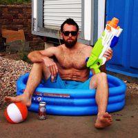 "Dan Bilzerian star d'Instagram : Nad Bilzerian, sa parodie ""pauvre"" et déjantée"
