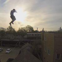Il saute du toit d'un immeuble et se filme en GoPro : la vidéo hallucinante