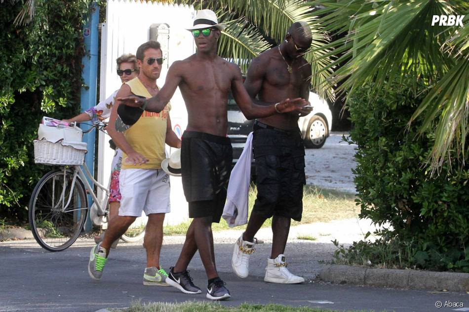 Mario Balotelli ne lâche pas son smartphone, le 11 août 2014 en Toscane