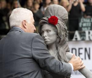 Amy Winehouse : son père inaugure sa statue à Londres le dimanche 14 septembre 2014