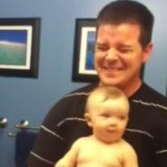 Super cute : bébé musclor prend la pose devant la glace avec papa