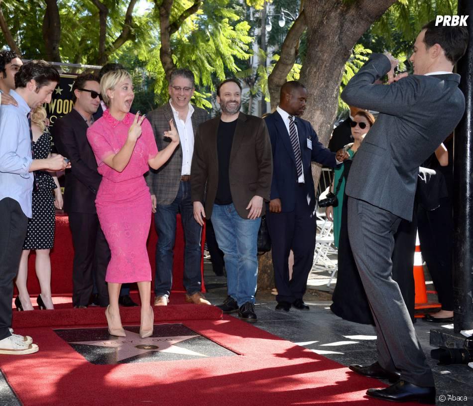 Kaley Cuoco en mode fun face à Jim Parsons pour recevoir son étoile sur le Walk of Fame le 29 octobre 2014