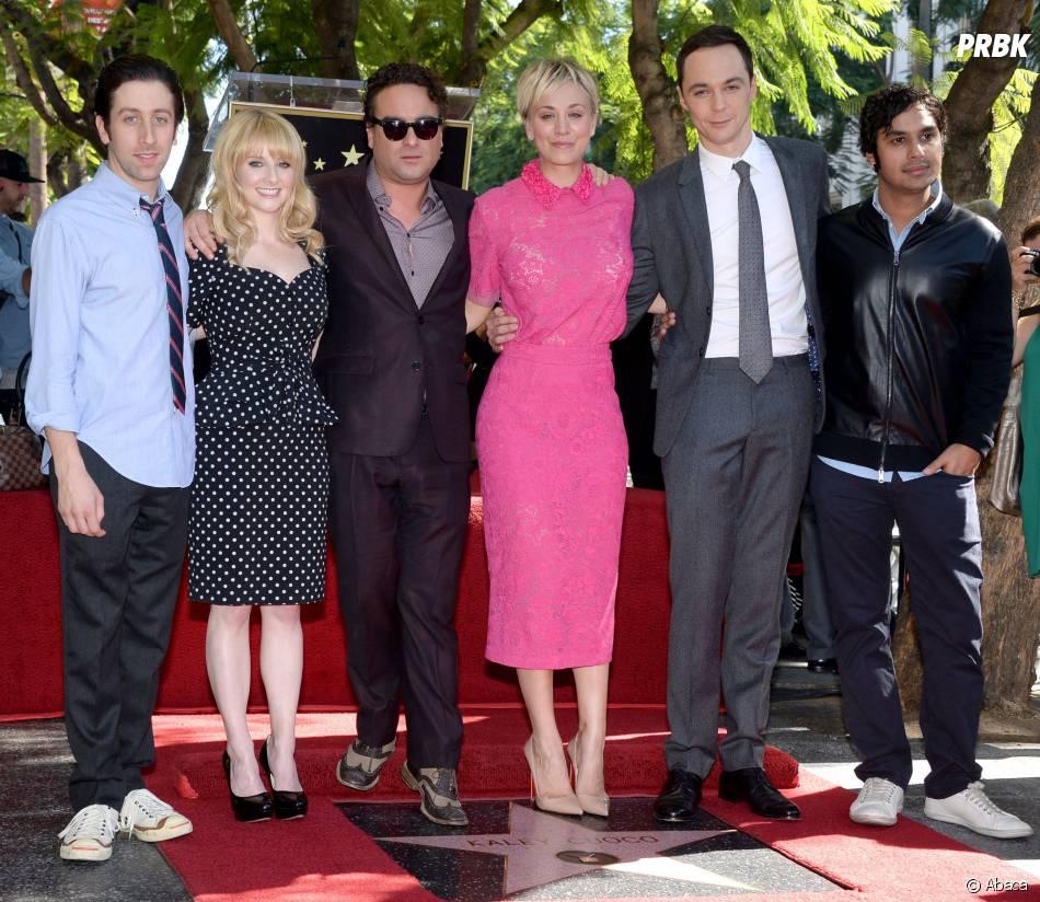Simon Helberg, Melissa Rauch, Johnny Galecki, Jim Parsons et Kunal Nayyar entourent Kaley Cuoco sur le Walk of Fame le 29 octobre 2014