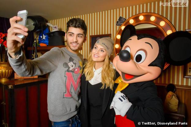 Zayn Malik (One Direction) et Perrie Edwards (Little Mix) à Disneyland Paris : selfie avec Mickey