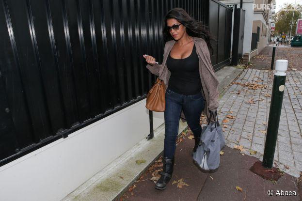 Ayem Nour au SDPJ de Nanterre avec un sac de vêtements pour Nabilla, le 8 novembre 2014