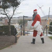 Baston : un père Noël cherche la bagarre...