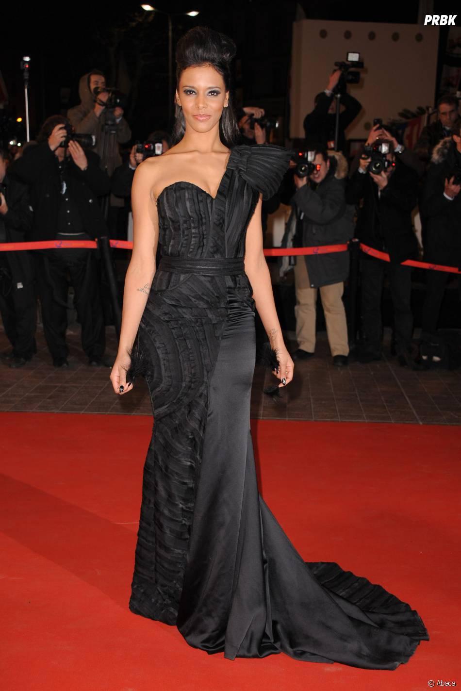 Shy'm en robe noire sobre sur le tapis rouge des NRJ Music Awards en 2011