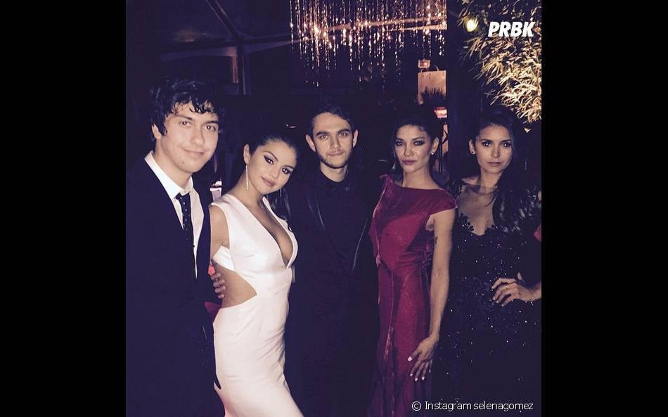 Selena Gomez avec Nina Dobrev, Jessica Szohr et Zedd à une soirée des Golden Globes 2015, le 11 janvier 2015 à Los Angeles
