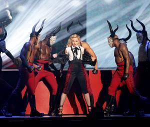 Madonna a continué son show malgré sa chute aux Brit Awards 2015, le 25 février