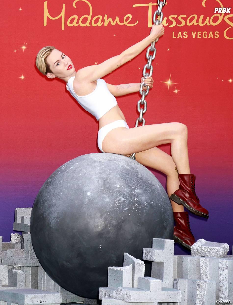 Miley Cyrus refait Wrecking Ball avec sa statue de cire à Las Vegas