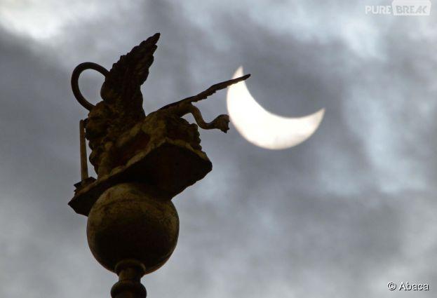 L'éclipe solaire vue du ciel de Milan en Italie, le 20 mars 2015