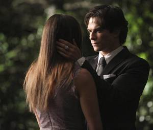 The Vampire Diaries saison 6, épisode 22 : Ian Somerhalder et Nina Dobrev sur une photo