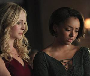 The Vampire Diaries saison 6, épisode 22 : Caroline et Bonnie sur une photo
