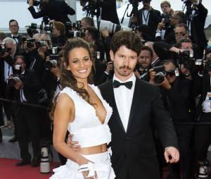Lucie Lucas prend la pause lors de la montée des marches du film Sicario à Cannes le 19 mai 2015