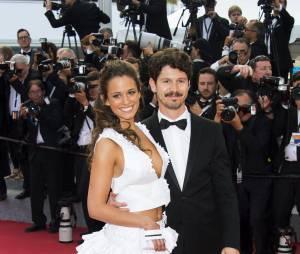 Lucie Lucas bien accompagnée lors de la montée des marches du film Sicario à Cannes le 19 mai 2015