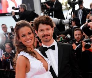 Lucie Lucas souriante lors de la montée des marches du film Sicario à Cannes le 19 mai 2015
