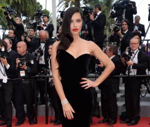 Adriana Lima sexy lors de la montée des marches du film Sicario à Cannes le 19 mai 2015
