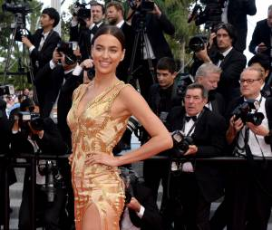 Irina Shayk sexy lors de la montée des marches du film Sicario à Cannes le 19 mai 2015