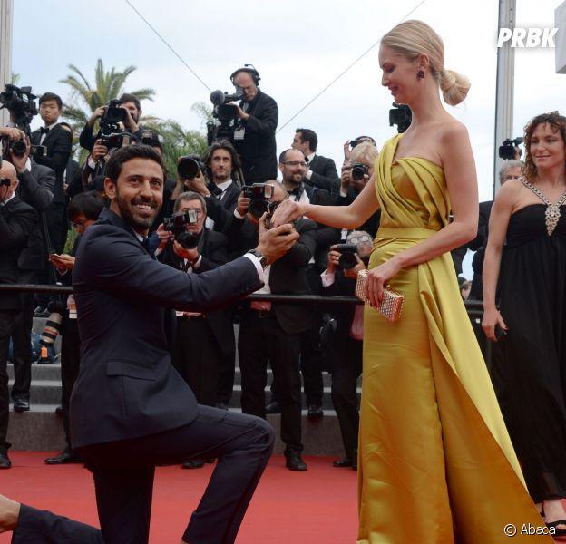 """Un inconnu a fait sa demande en mariage sur le tapis rouge, lors de la montée des marches du film """"La Glace et le Ciel"""" pour la cérémonie de clôture du 68e Festival du film de Cannes, le 24 mai 2015"""