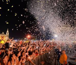 Explositions de confettis, pyrotechnie, fumigène, le public en a pris plein les yeux
