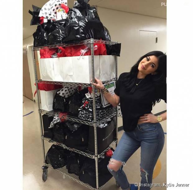 Kylie Jenner est venue les bras chargés de cadeaux au Children's Hospital de Los Angeles, le 7 août 2015