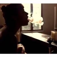 Shy'm topless dans une vidéo sexy et fumante