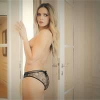 Clara Morgane nue, glamour et ultra sexy dans les coulisses de son calendrier 2016