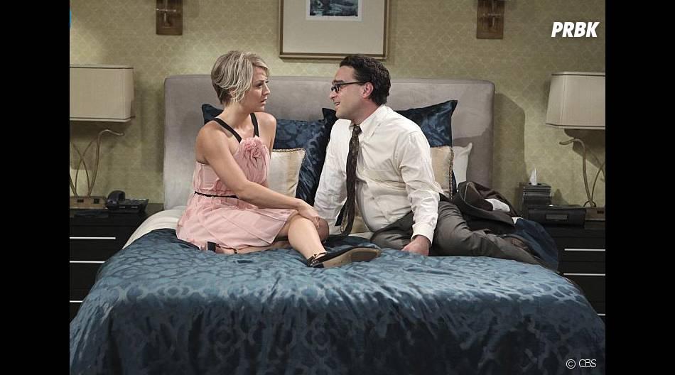 The Big Bang Theory saison 9, épisode 1 : Penny (Kaley Cuoco) et Leonard (Johnny Galecki) sur une photo