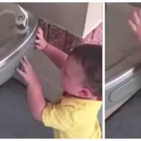 Adorable : un enfant en galère totale devant une fontaine à eau... automatique