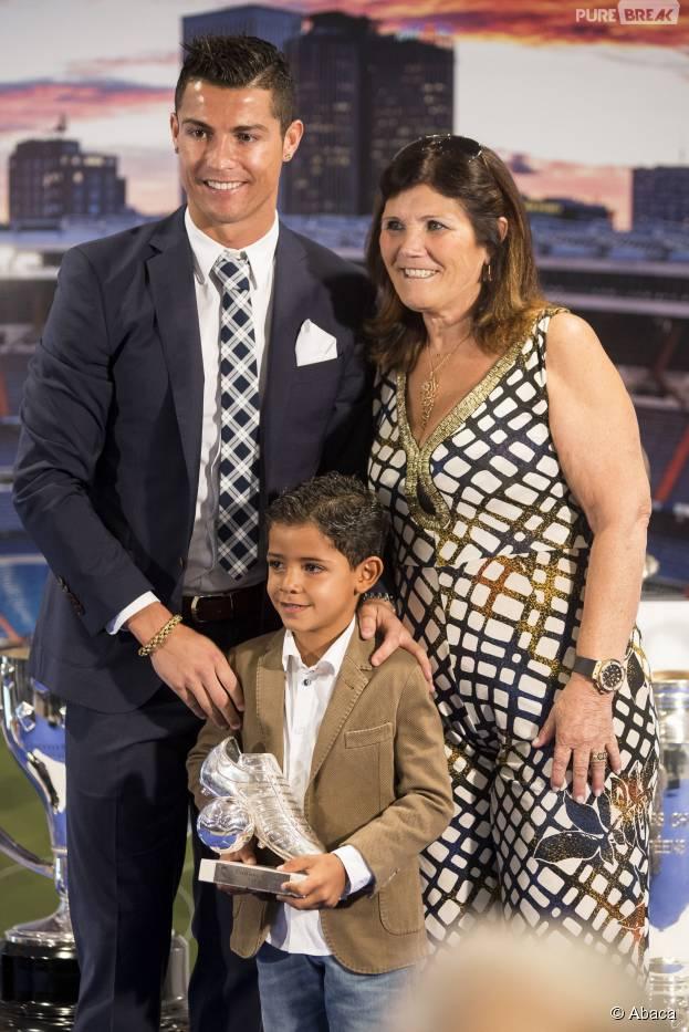 Cristiano Ronaldo classe et sexy aux côtés de son fils et sa maman pour recevoir le prix de meilleur buteur de l'histoire du Real Madrid, au stade Santiago Bernabeu, à Madrid, le 2 octobre 2015