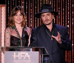 Dakota Johnson avec johnny Depp sur la scène des Hollywood Film Awards, le 1er novembre 2015