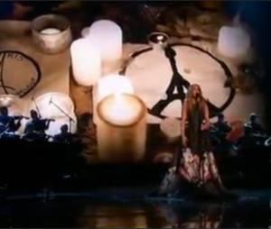 Céline Dion chante L'Hymne à l'amour en hommage aux victimes des attentats de Paris aux MTV American Music Awards 2015, le 22 novembre 2015