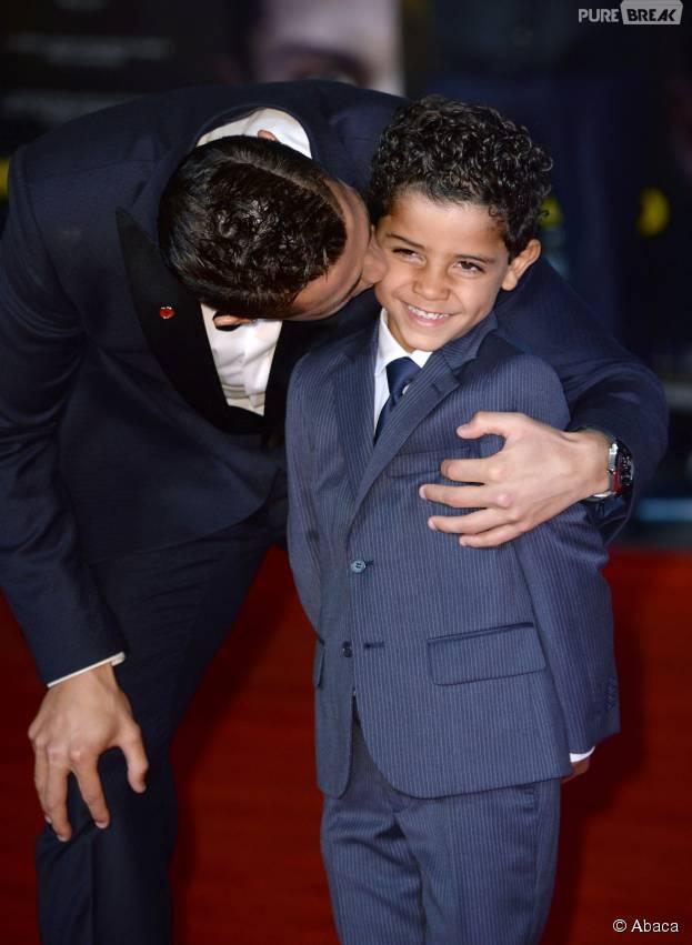 Cristiano Ronaldo et son fils sur le tapis rouge du documentaire consacré à sa vie, le 9 novembre 2015 à Londres
