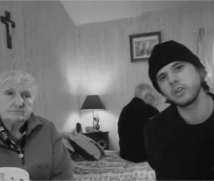 Orelsan et sa mamie dans le clip de J'essaye, j'essaye (Comment c'est loin)