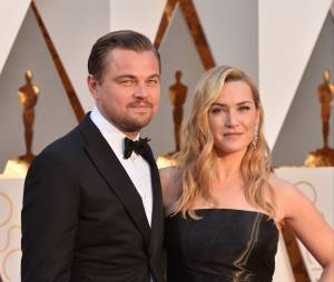 Leonardo DiCaprio et Kate Winslet posent sur le tapis rouge des Oscars le 28 février 2016