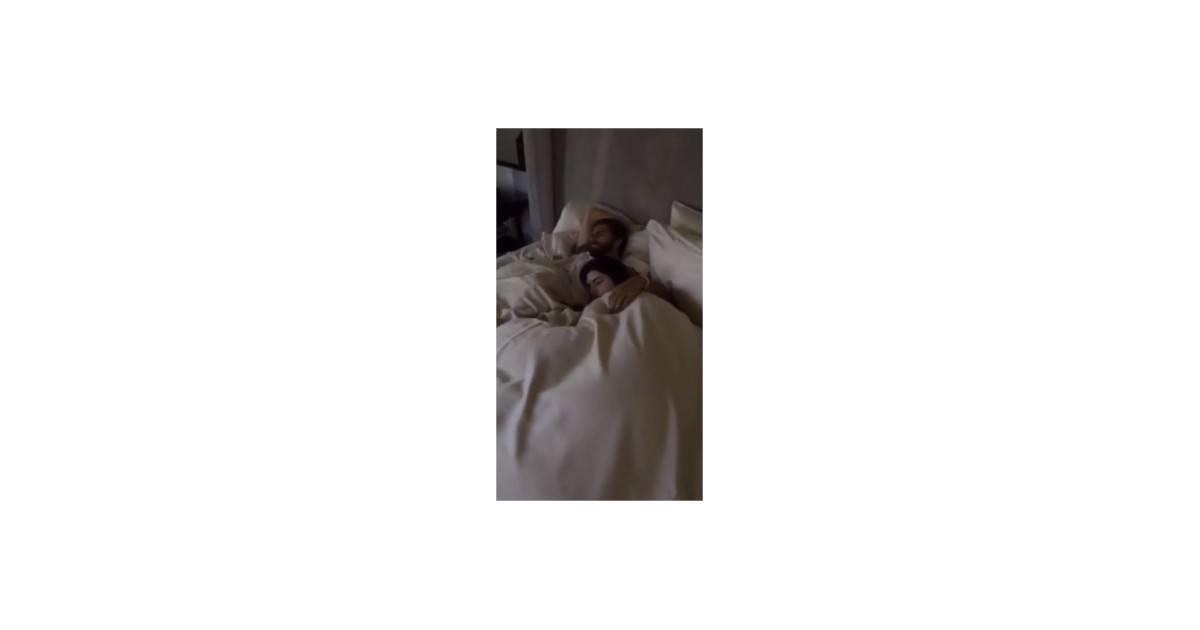 kendall jenner et scott disick au lit une vid o sur snapchat pour se moquer des rumeurs. Black Bedroom Furniture Sets. Home Design Ideas