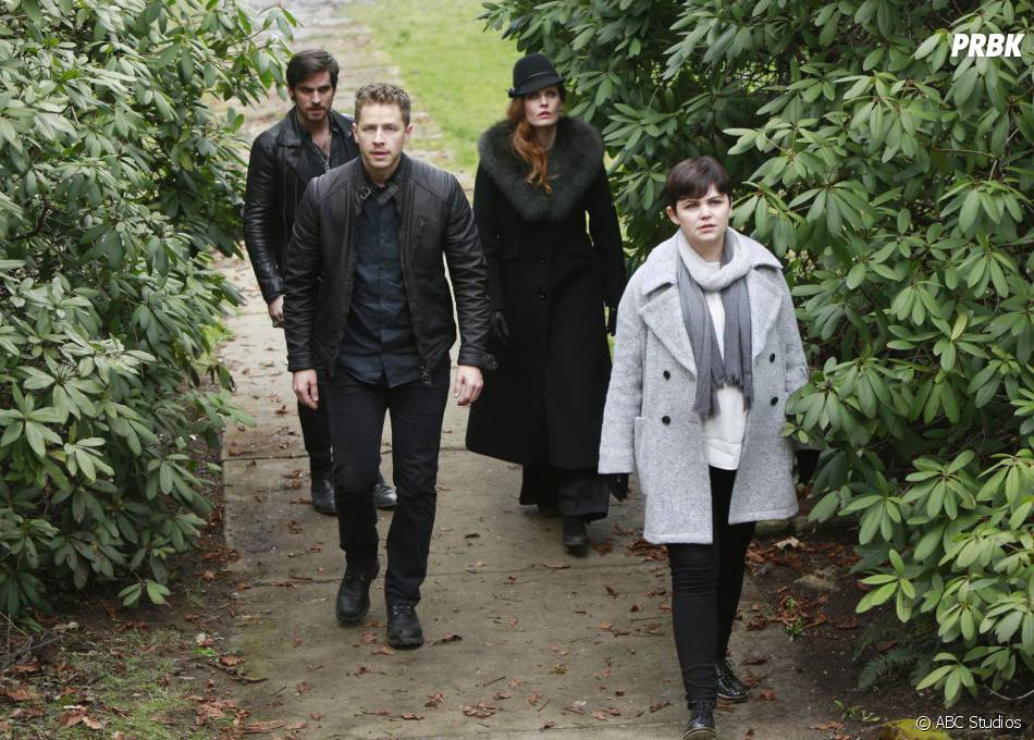 Once Upon a Time saison 5, épisode 22 : Hook, David, Mary Margareth et Zelena sur une photo