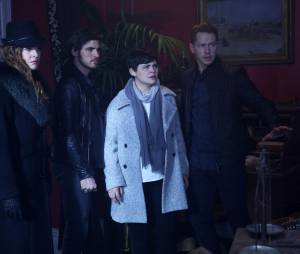 Once Upon a Time saison 5, épisode 23 : Zelena, Hook, Snow et Charming sur une photo