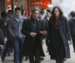 Once Upon a Time saison 5, épisode 23 : Regina (Lana Parrilla) et Rumple (Robert Carlyle) sur une photo