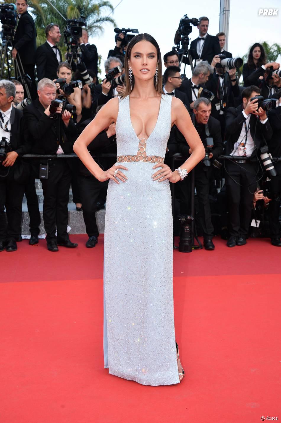Alessandra Ambrosio sexy sur le tapis rouge du Festival de Cannes le 18 mai 2016
