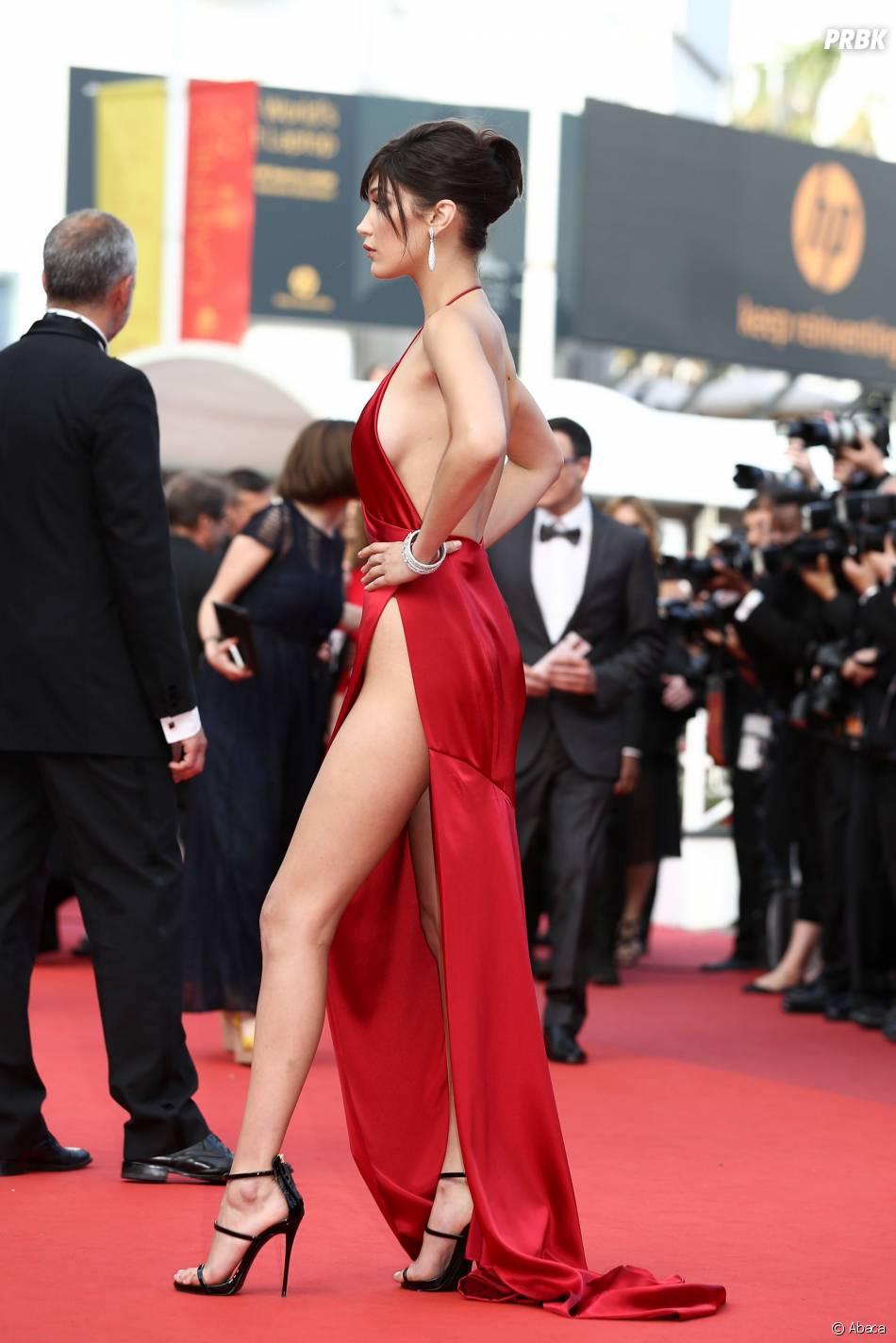 Bella Hadid : sa robe échancrée star sur le tapis rouge du Festival de Cannes le 18 mai 2016