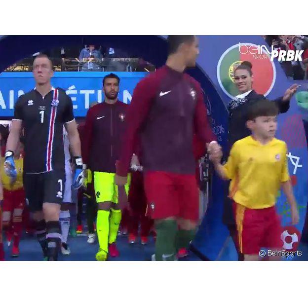Euro 2016 : Cristiano Ronaldo flashe sur une hôtesse