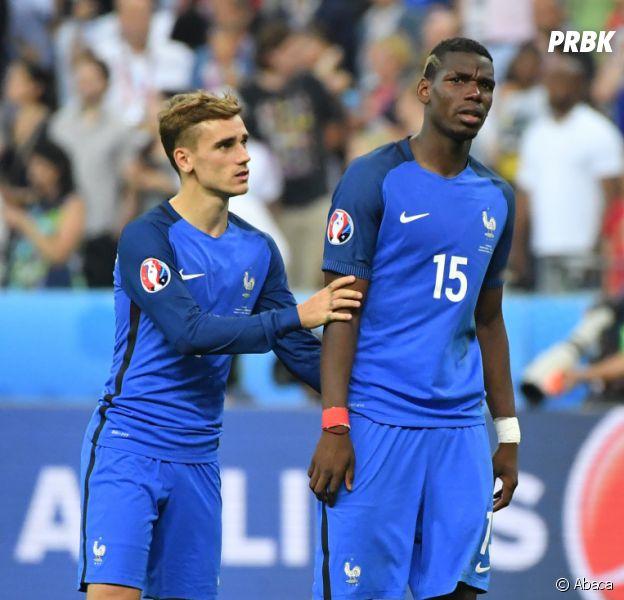 Antoine Griezmann console Paul Pogba après la défaite des Bleus en finale de l'Euro 2016