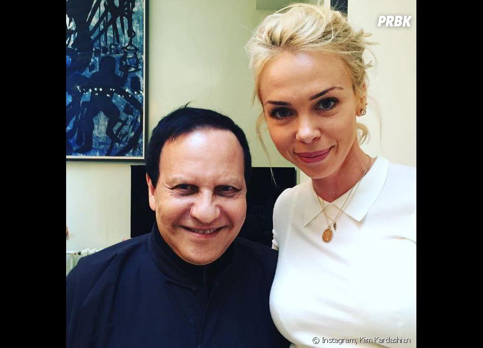 Simone Harouche, amie et styliste de Kim Kardashian, est très connue pour son travail. Ici, elle pose avec le grand couturier Azzedine Alaïa pendant la Fashion Week parisienne.