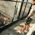 M. Pokora pose avec un puma à Dubaï
