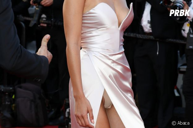 Bella Hadid montre sa culotte au Festival de Cannes le 17 mai 2017